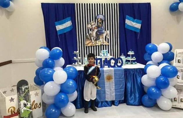 Festejó su cumple vestido como San Martín