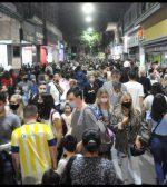 Una multitud se adueñó del centro en la Noche de las Peatonales